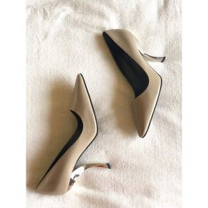 Brand new Roger Vivier pump with signature heels